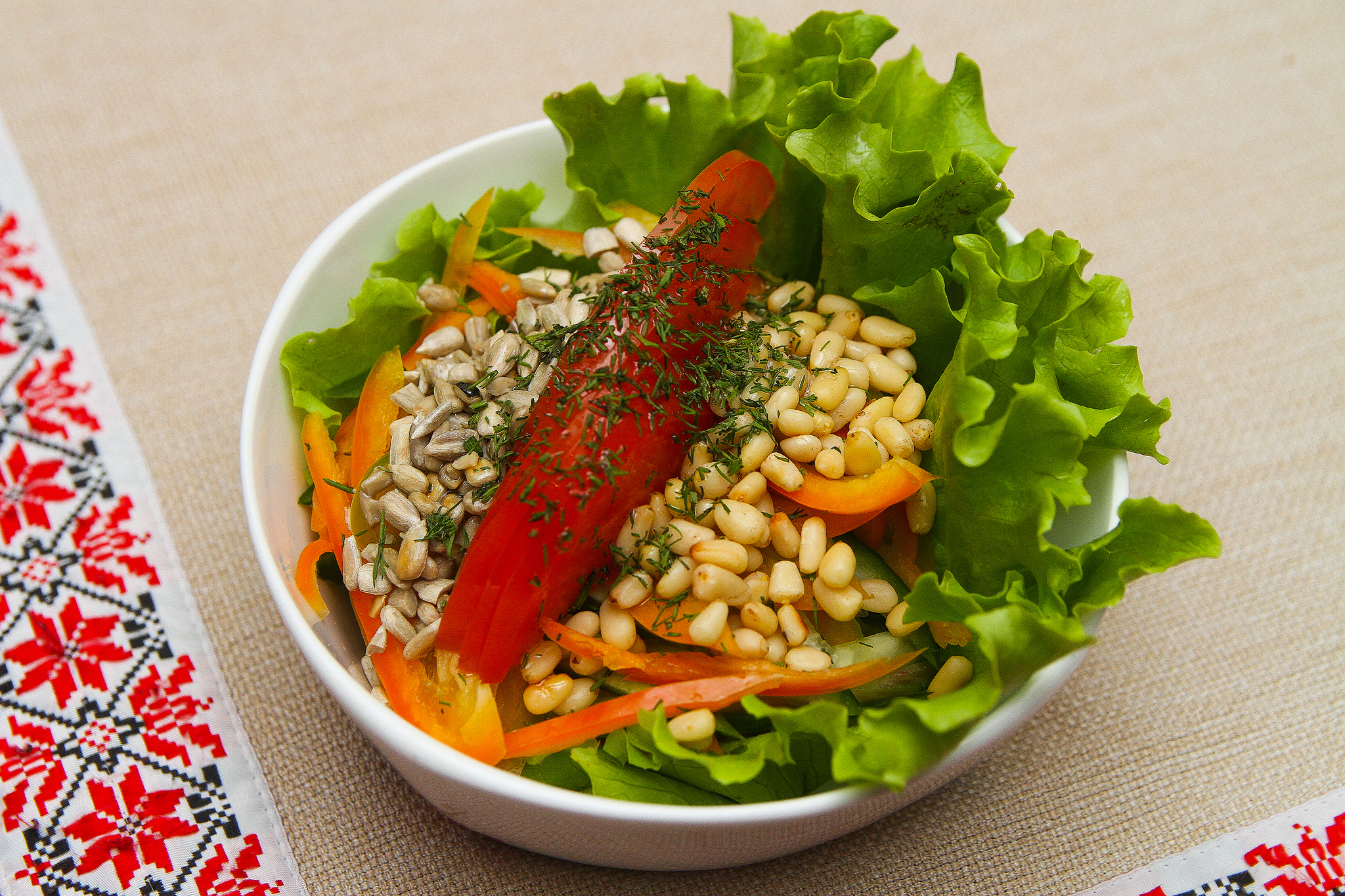 Легкий салат из свежих овощей с кедровыми орешками