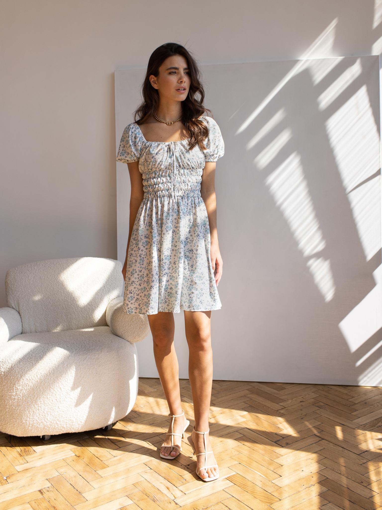 Платье-мини с резинками на талии (цветы на белом)