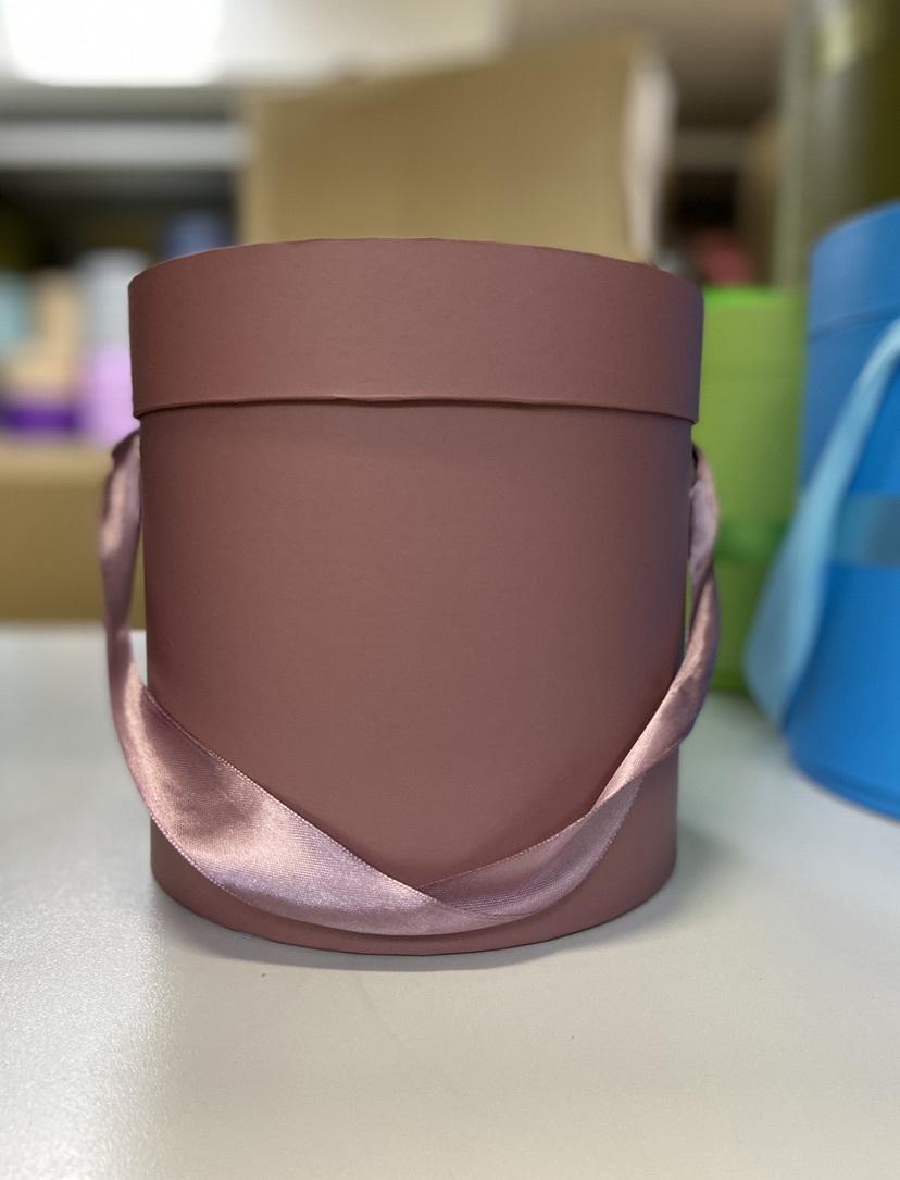 Шляпная коробка эконом вариант 18 см . Цвет: Кофейный . Розница 300  рублей .