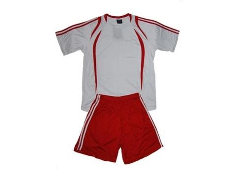 Форма футбольная взрослая. Футболка - белая с красными вставками, шорты - красные с белыми полосами по бокам. :(Размер M):