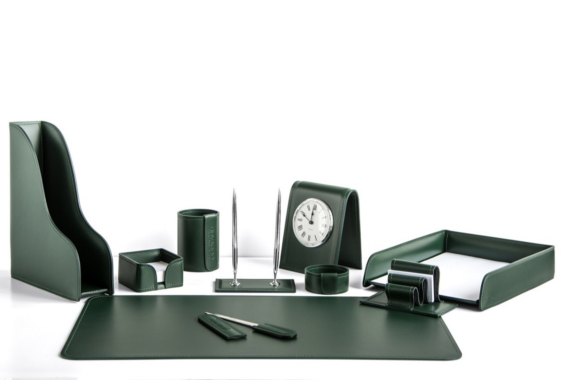 На фото набор на стол руководителя артикул 1684-СТ 10 предметов выполнен в зеленой коже Cuoietto. Возможно изготовление в другом цвете.