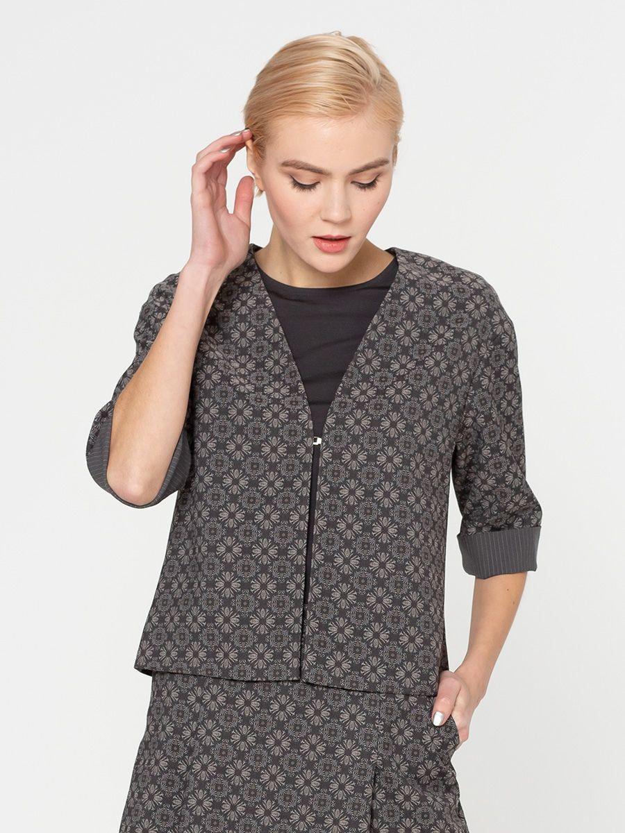 Жакет Д504-132 - Пиджак станет изюминкой вашего офисного гардероба. Серую жаккардовую ткань с лаконичными принтом легко сочетать с вещами в другом цвете и даже с принтованными. Модель прямого кроя, благодаря чему хорошо садится на любой тип фигуры. Пиджак на подкладке с содержанием вискозы, поэтому хорошо держит форму и комфортный в носке.