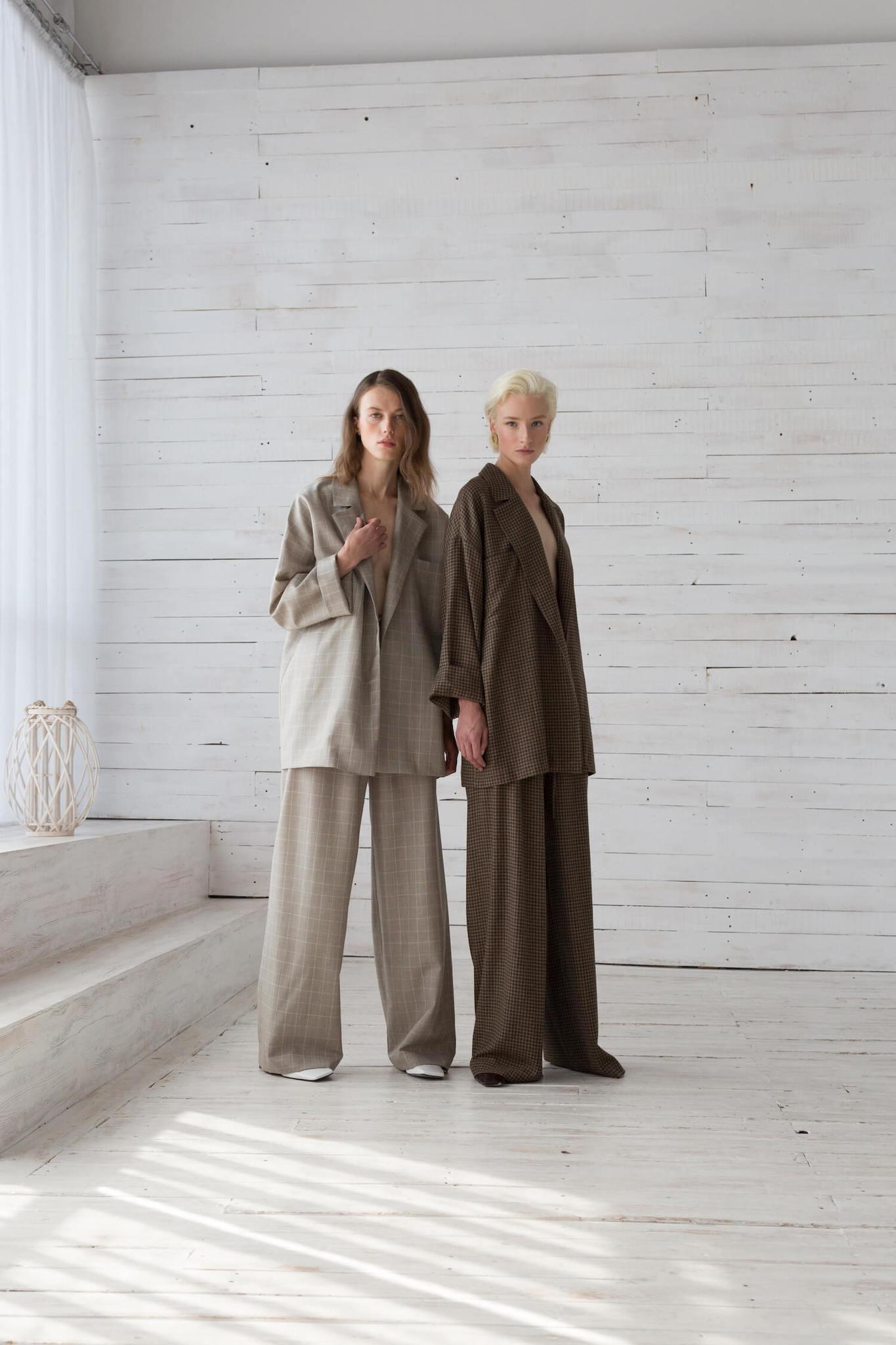 Костюм в расслабленном стиле: жакет под пояс и длинные брюки на кулиске, серая клетка