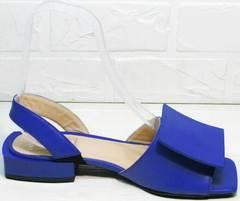 Открытые женские босоножки на низком каблуке Amy Michelle 2634 Ultra Blue.