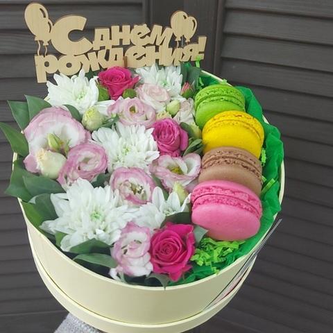 Цветы в коробке с макарунами и топпером #11838