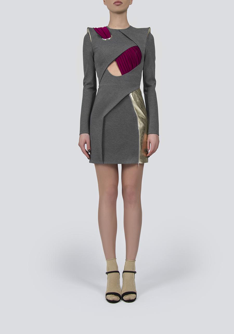 Серое платье с люверсом и декором из кожи