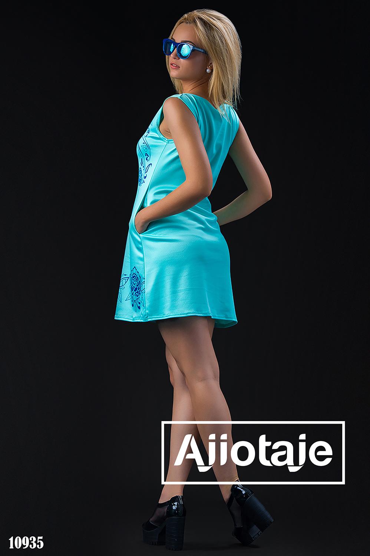 Платье мятного цвета с синим узором