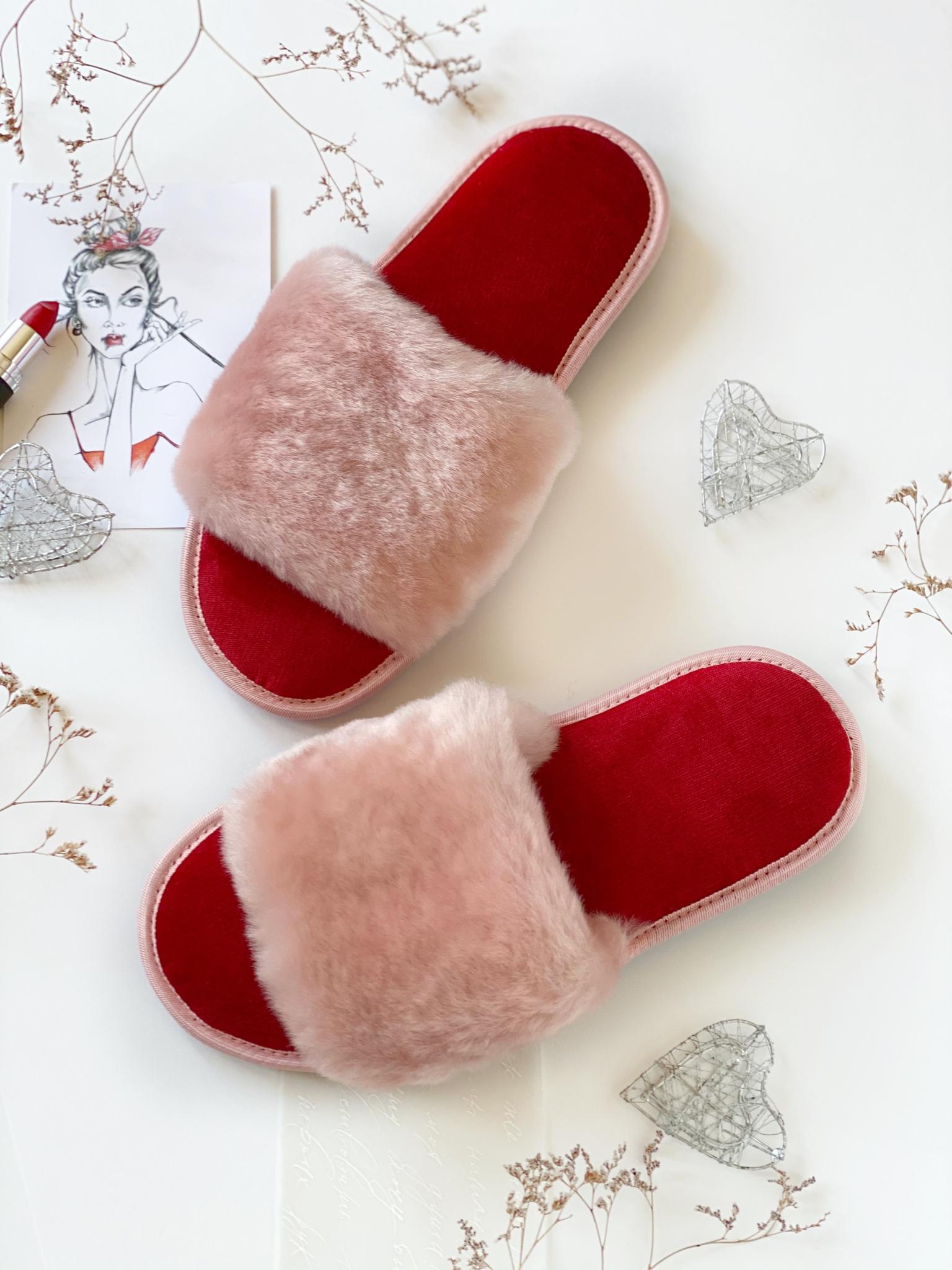 Меховые тапочки розовые с цельной шлейкой и текстильной стелькой красной