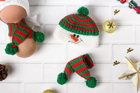 Шапка та шарф ручної роботи для ляльки, в'язаний комплект зелений - Сніговик