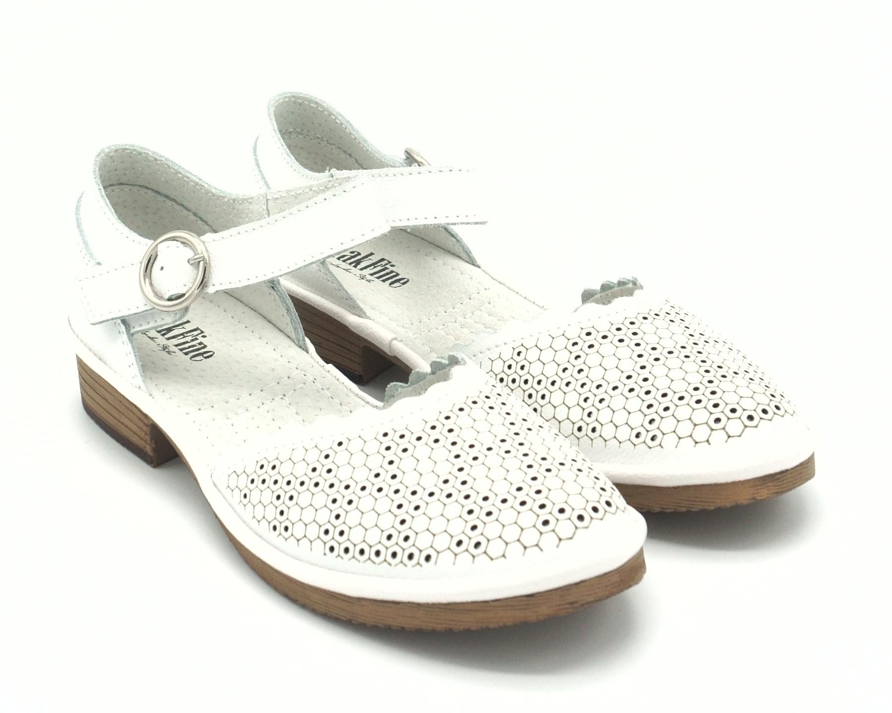 Босоножки белые на не высоком каблуке
