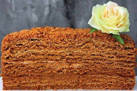 Карамельный торт Медовик без глютена украшен розой