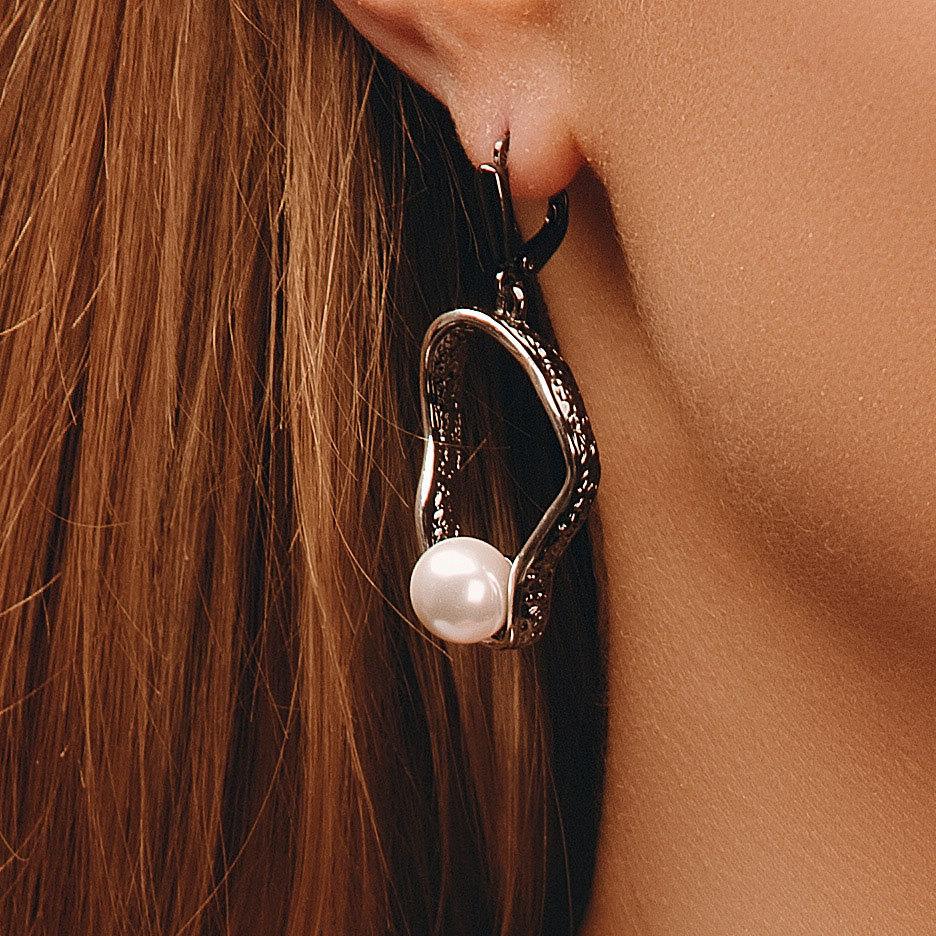 Серьги с жемчужиной на подвеске, черное родирование (серебристый, белый)