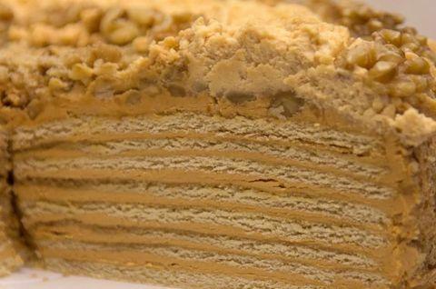 Кусок безглютенового торта-Медовика карамельного