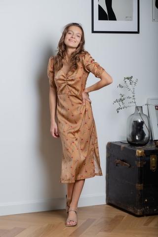 Платье-миди с цветочным принтом и драпировкой на груди горчичный