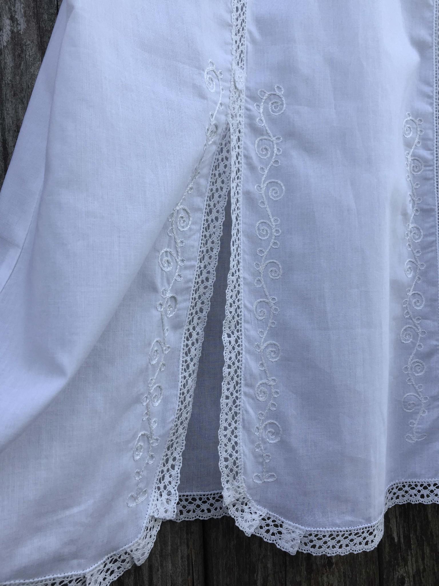 Батистовая сорочка ночная с кружевом и вышивкой