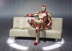 Железный человек 3 фигурка Марк 42 на софе