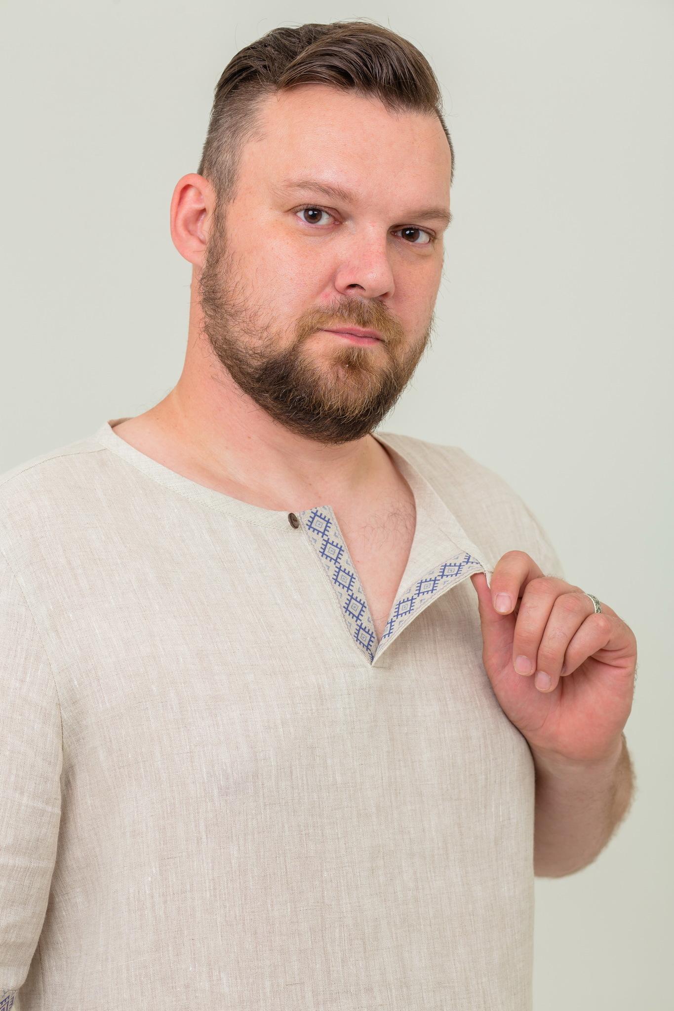 Современная льняная рубашка с обережным орнаментом