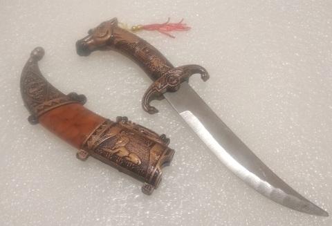 Игрушечный кинжал с ножнами