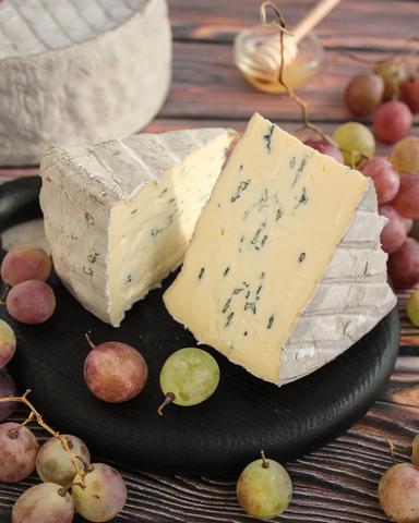 Сыр Гранд Блю с белой и голубой плесенью в пепле, кг