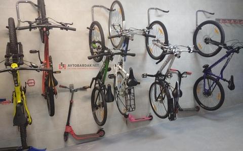 Проект № 22: обустройство стены в колясочной 5,4 м (8 велосипедов, 7 пар лыж, 4 самоката)
