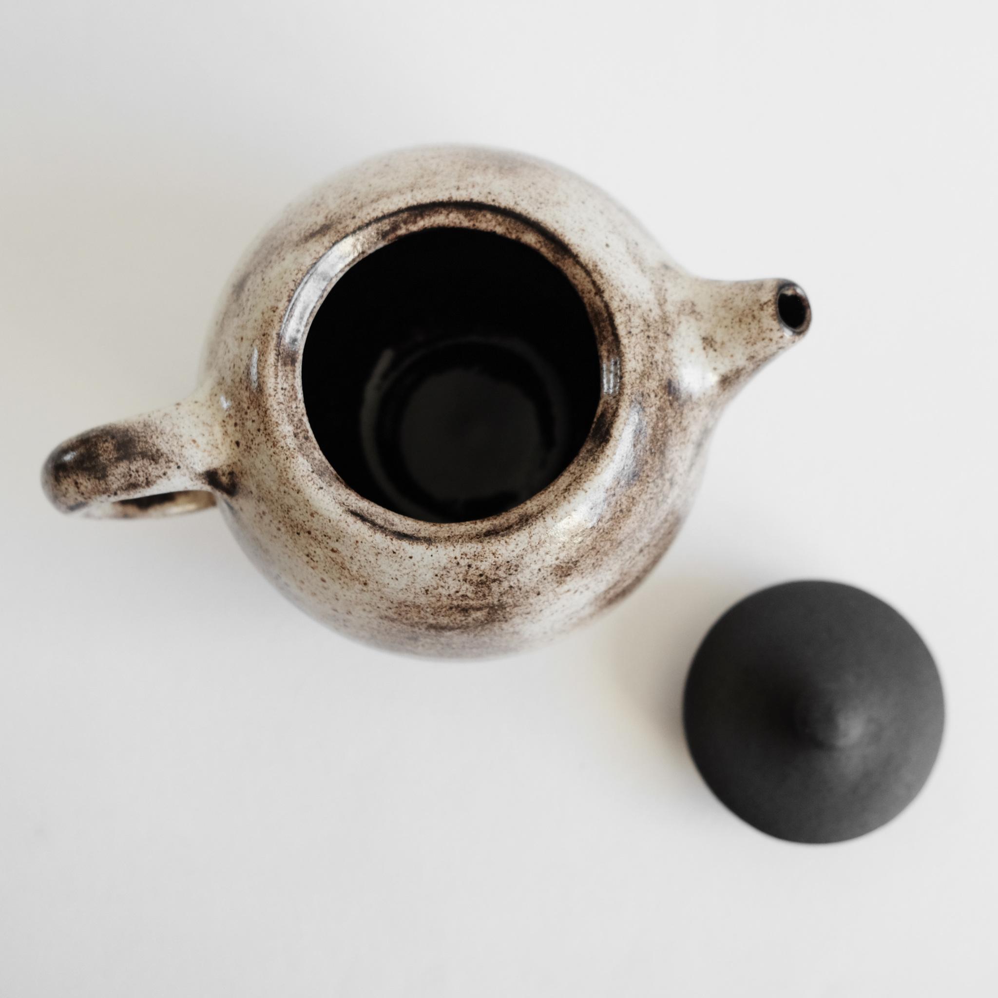 чайник из черной глины сделан вручную