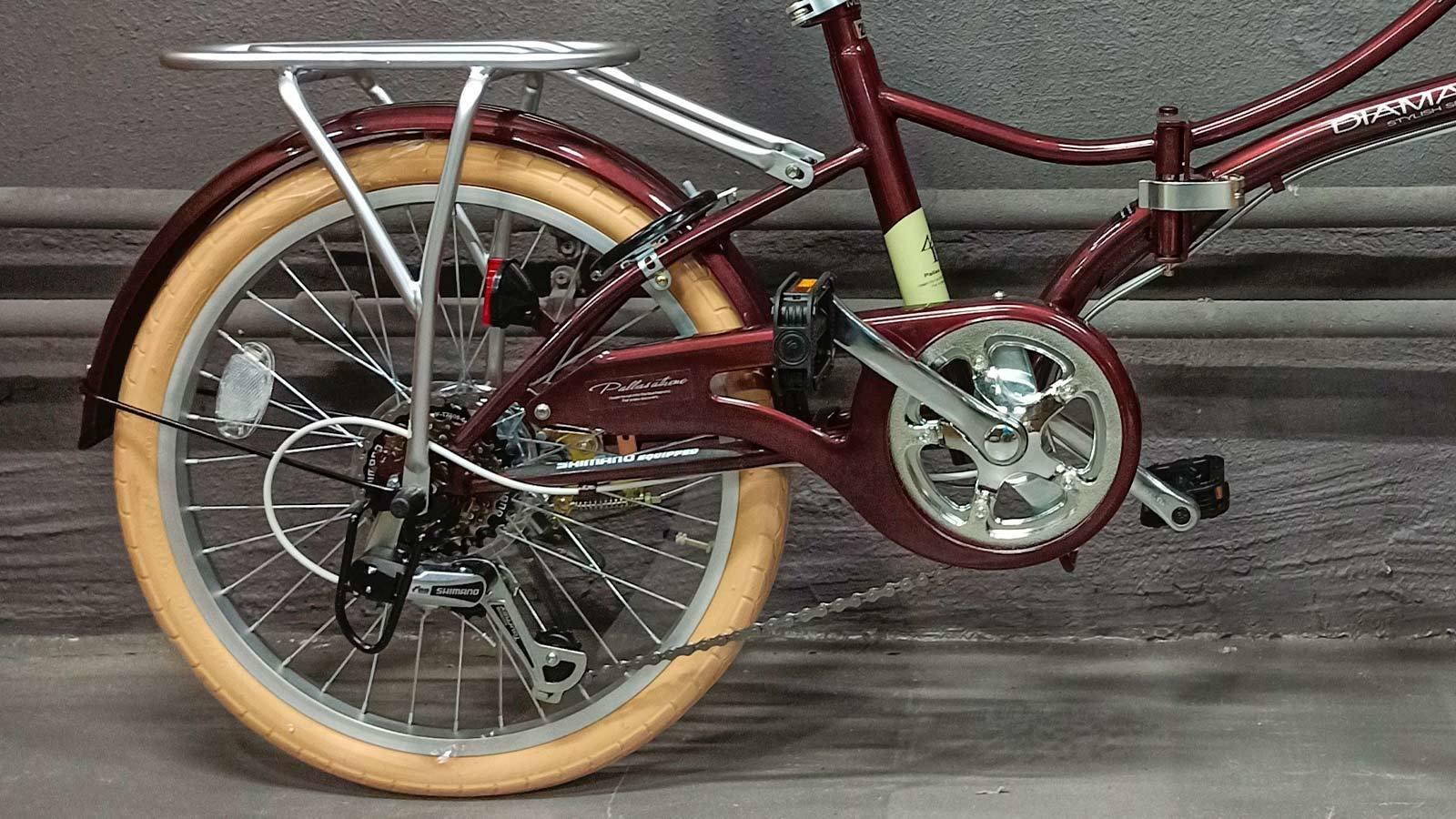 заднее колесо и педаль складного велосипеда