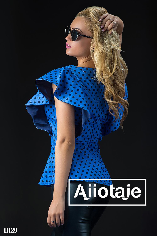 Синяя блузка в горошек с воланами