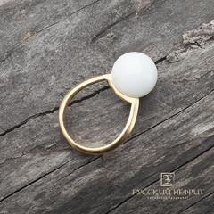 Позолоченное кольцо с белым нефритом. Perlus.
