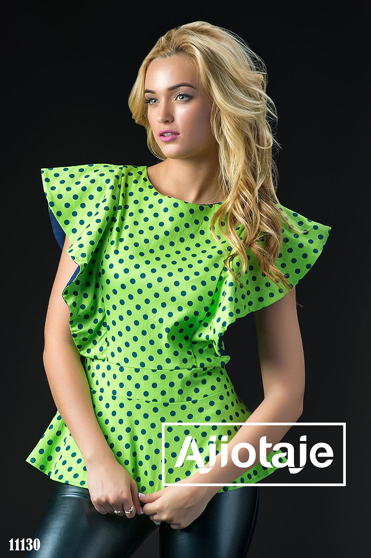 Зеленая блузка в горошек с воланами