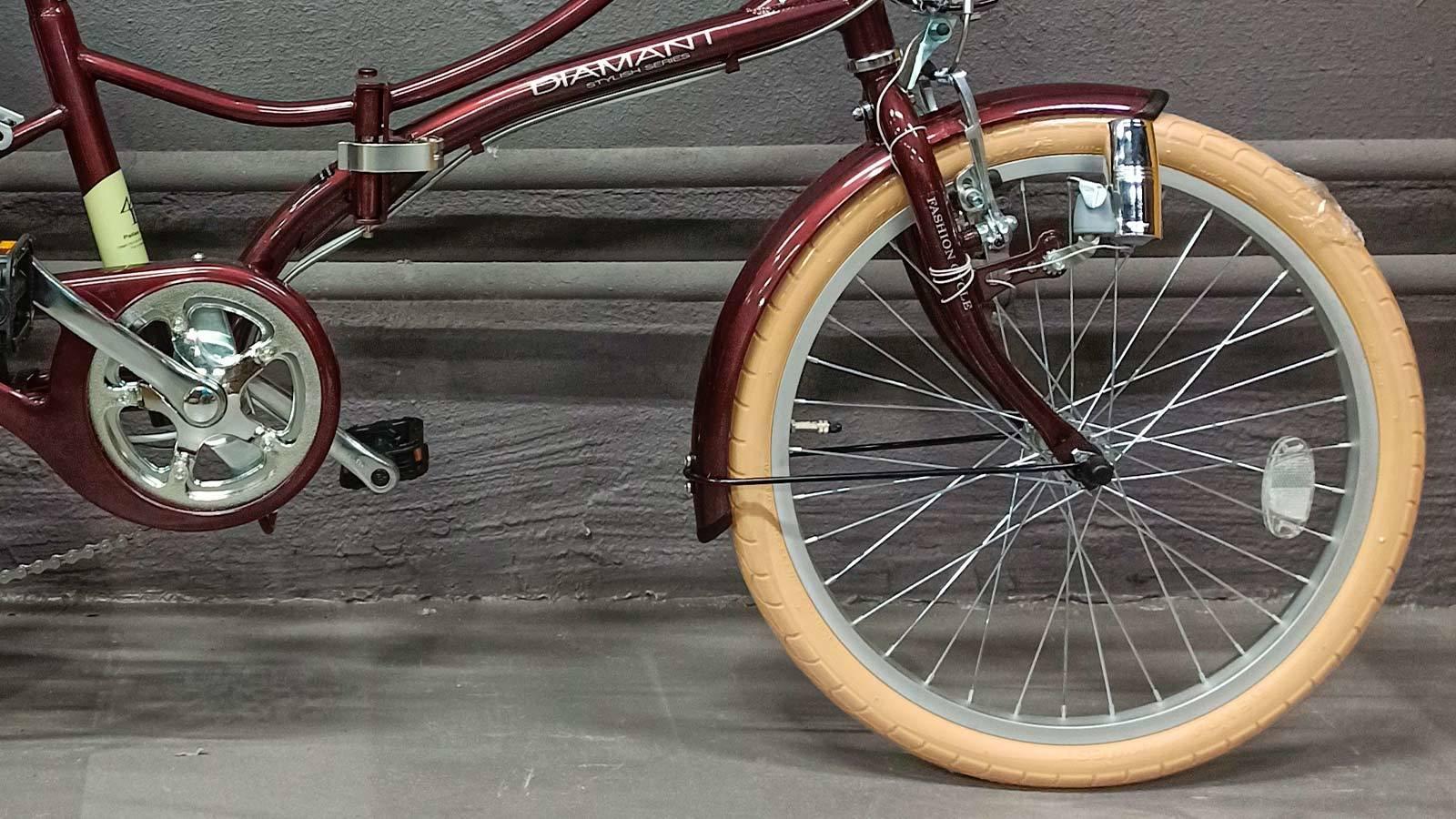 переднее колесо и педаль городского велосипеда