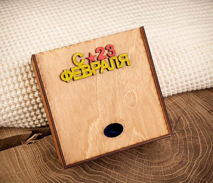 BOX213-2 Коричневая подарочная коробка ко Дню Зщитника Отечества (17*17*7 см)