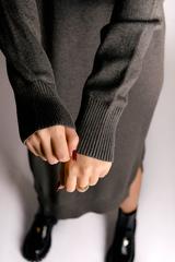 Платье вязаное серое с воротником оптом