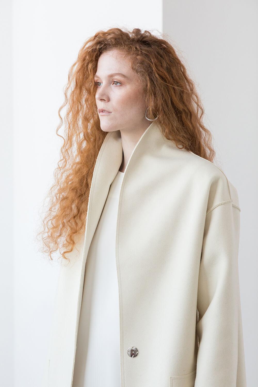 Пальто прямого кроя с накладными карманами и воротником-шалькой, молоко
