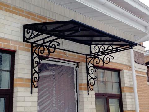 Кованый козырек №8 с металлическим листом над входной дверью