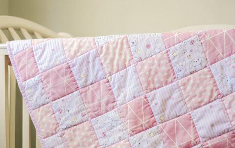 Лоскутное одеяло для детской кроватки