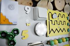 Бизиборд интерактивный 50х65 см желто-мятный