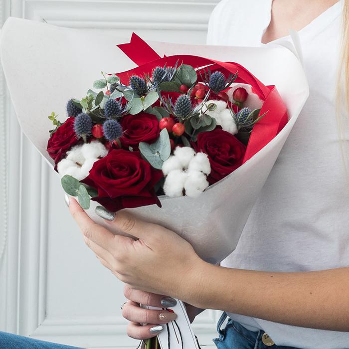 Купить оригинальный зимний букет с розами и сухоцветами хлопком в Перми