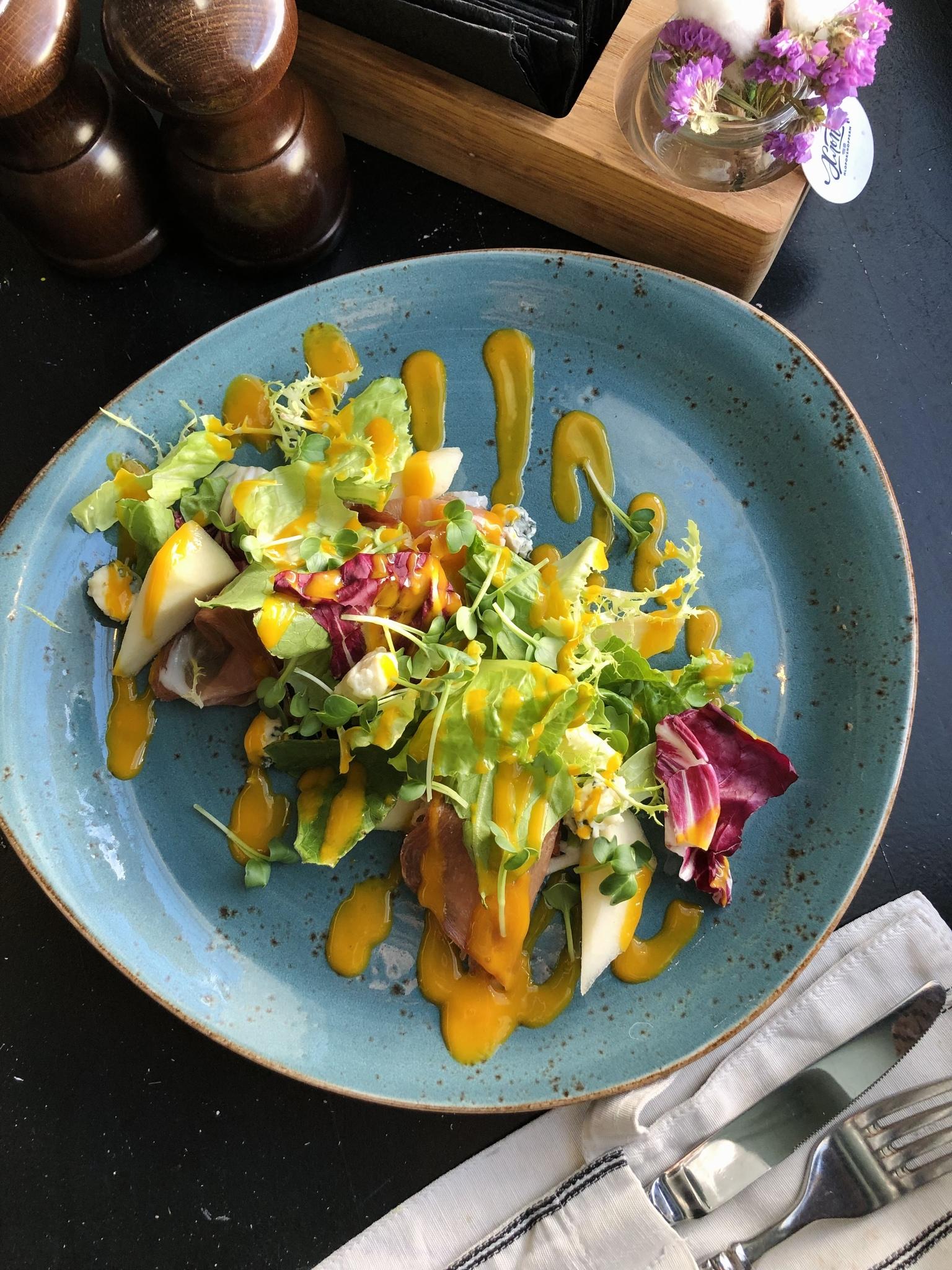 Салат с грушей, прошутто, горгондзолой и соусом манго