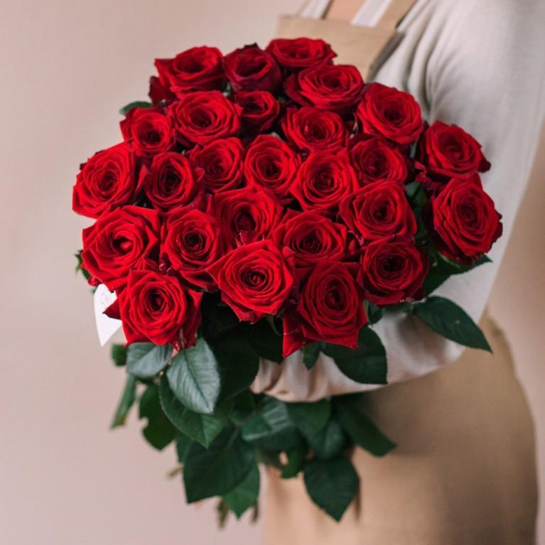 Купить букет 25 красных бордовых роз в Перми круглосуточно