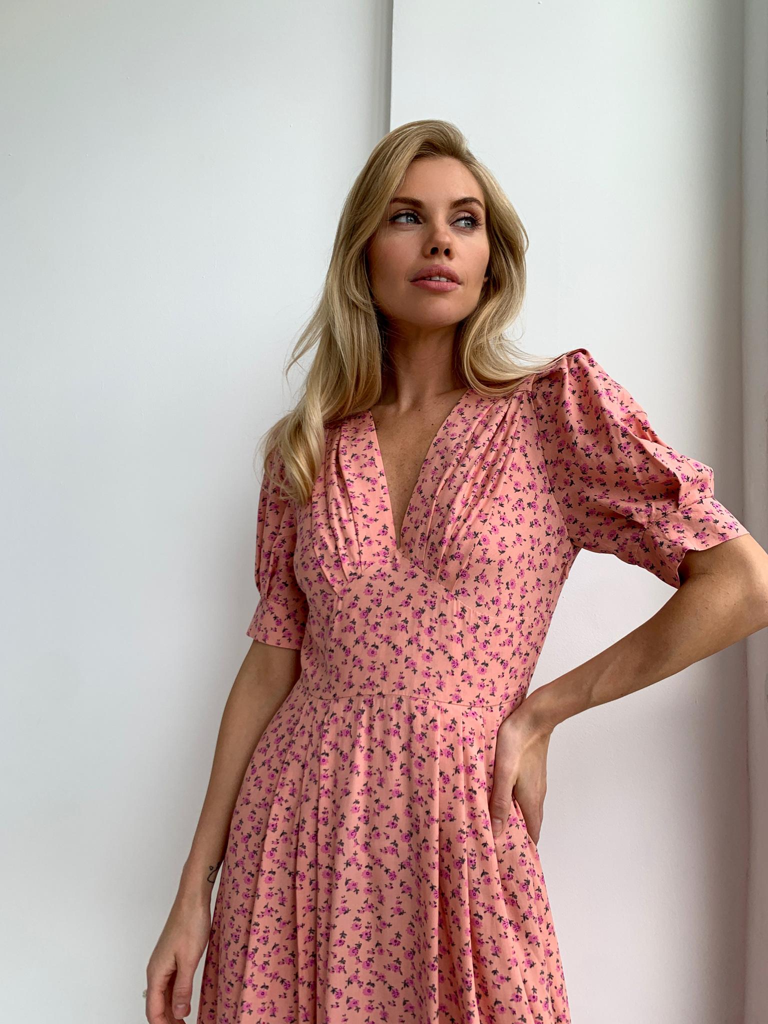 Платье миди с V-вырезом (цветы на розовом)