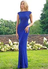 Синее платье украшенное сложным узором из бисера
