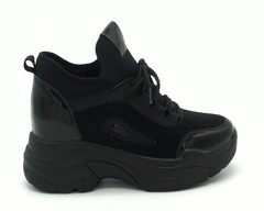Черные сникерсы на шнуровке с лаковыми вставками