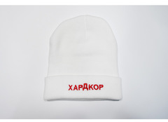 Вязаная шапка с отворотом и вышивкой Хардкор (белая)