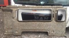 Внутренняя Обшивка кабины MAN TGL F99 L/R 15-37  Обшивка кабины МАН внутренняя, на заднюю стенку.  В наличии есть полный комплект обшивки на кабину МАН.  OEM MAN - 81627700108; 81627700107     Разборка МАН/MAN  Разбираем грузовики МАН ТГЛ/МАН ТГА, разбираемые нами авто все из Европы, б/у  запчасти в отличном состоянии. Наш товар уже был в употреблении, но это не означает, что  он низкого качества. Каждый из наших сотрудников имеет многолетний опыт работы с  подобными автомобилями. Подбор запчастей по VIN-номеру автомобиля, отправка по всей  России, гарантия на запчасти!  Помимо б/у запчастей МАН, вы так же можете приобрести у нас высококачественный аналог  Европейских, Турецких и Китайских производителей.  Новые запчасти на МАН