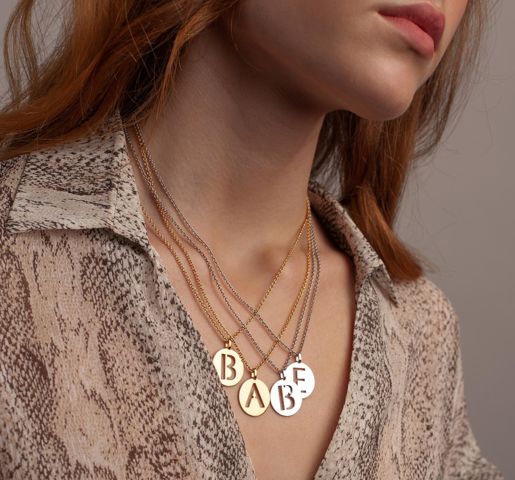 Лаконичный медальон на тонкой цепочке с подвесом в виде буквы