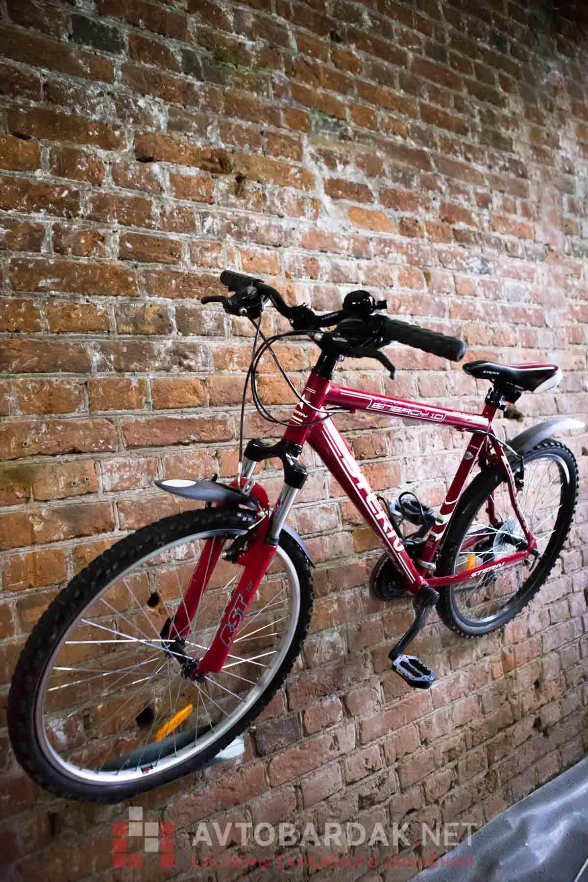 Настенный держатель велосипеда за педаль