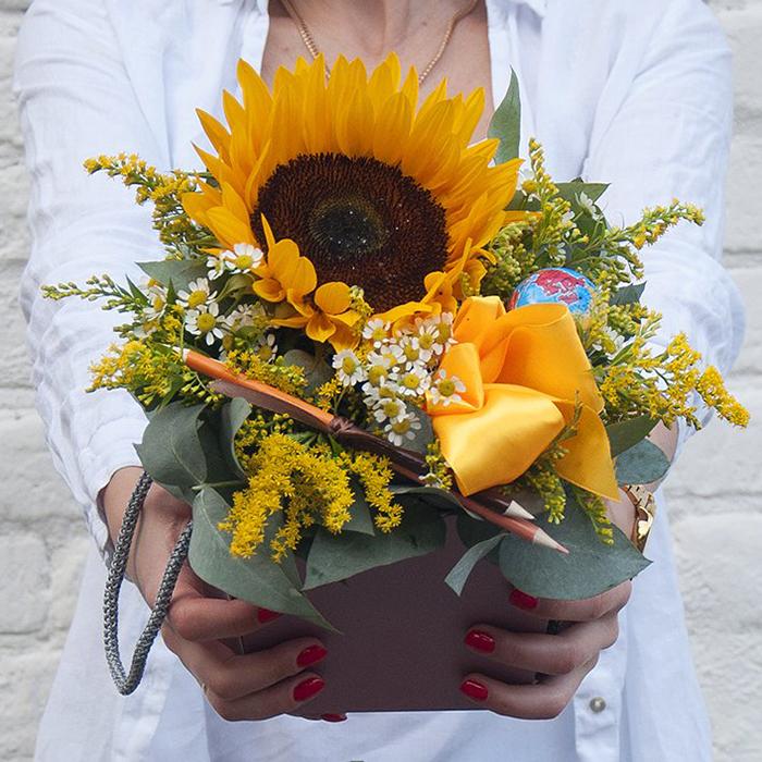 Купить композицию из цветов для учителя с подсолнухом в Перми