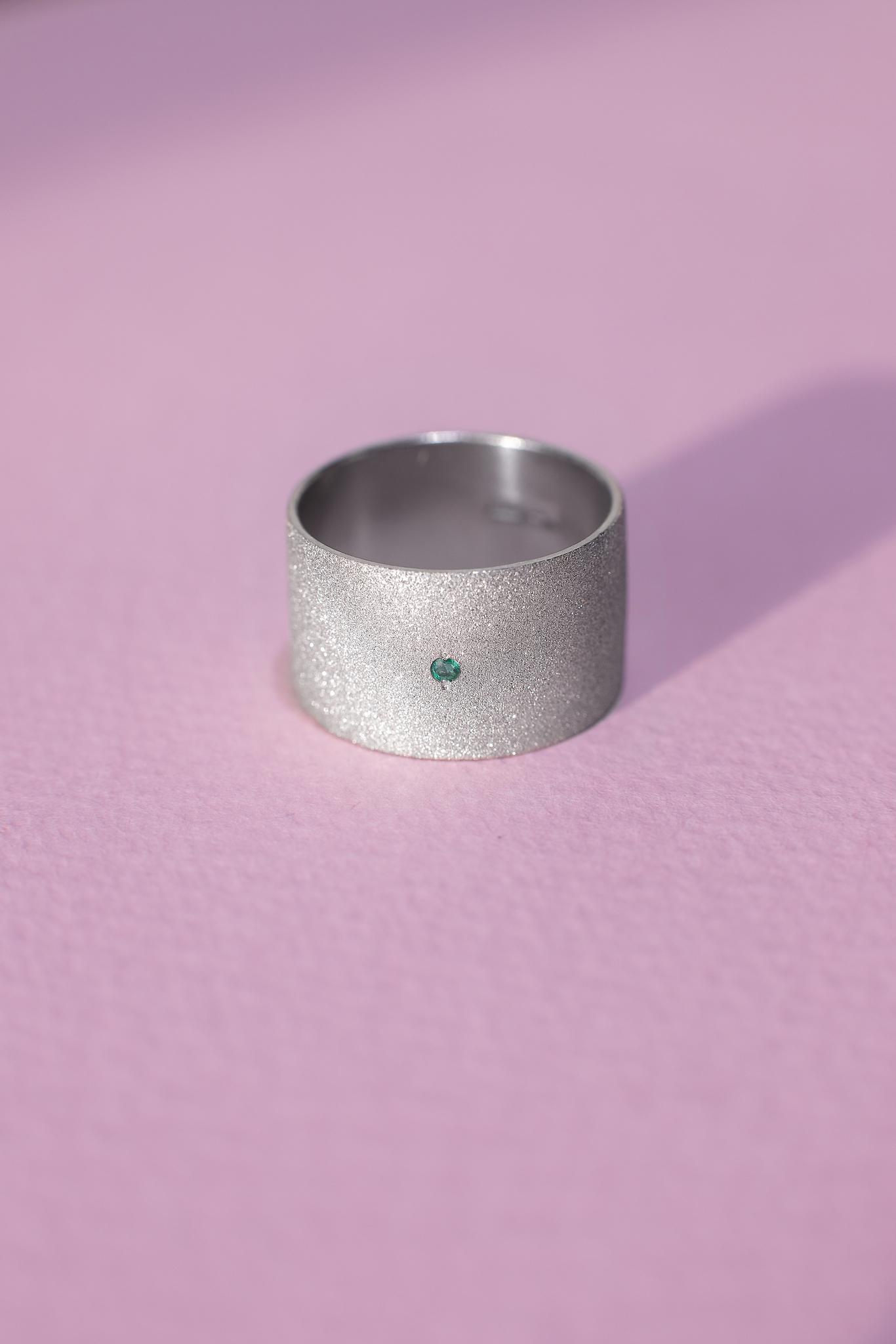 Серебряное матовое кольцо с изумрудом