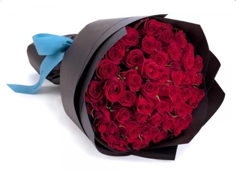 51 красная роза в черном крафте #1403