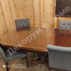 Скатерть рифленая на лакированном овальном столе